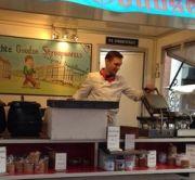 Stroopwafel-Bäcker auf dem Albert-Cuyp-Markt in Amsterdam